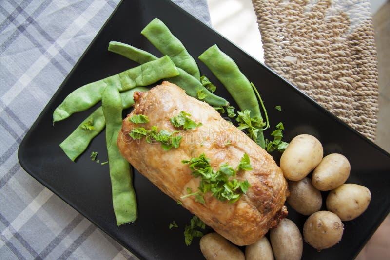 Plaat van gevuld avondmaal: kippenbroodje met aardappel en bonen royalty-vrije stock fotografie