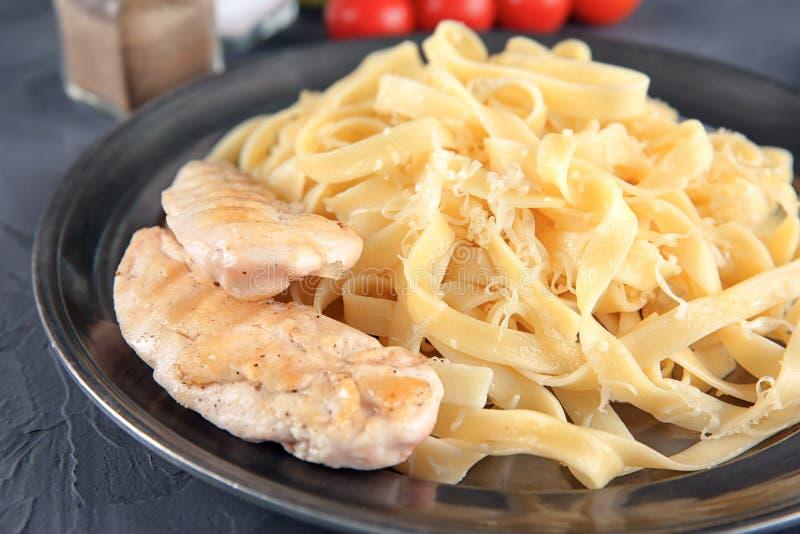 Plaat van heerlijke deegwaren met kaas en geroosterde kippenfilet, close-up royalty-vrije stock foto's