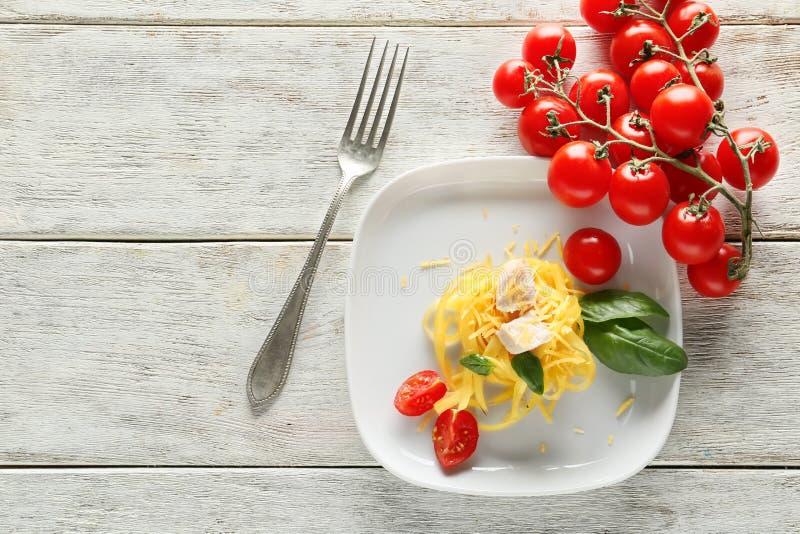 Plaat van heerlijke deegwaren met kippenfilet en verse tomaten op houten lijst stock foto's