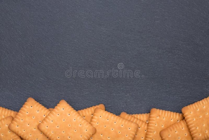 Plaat van lei met koekjes stock fotografie