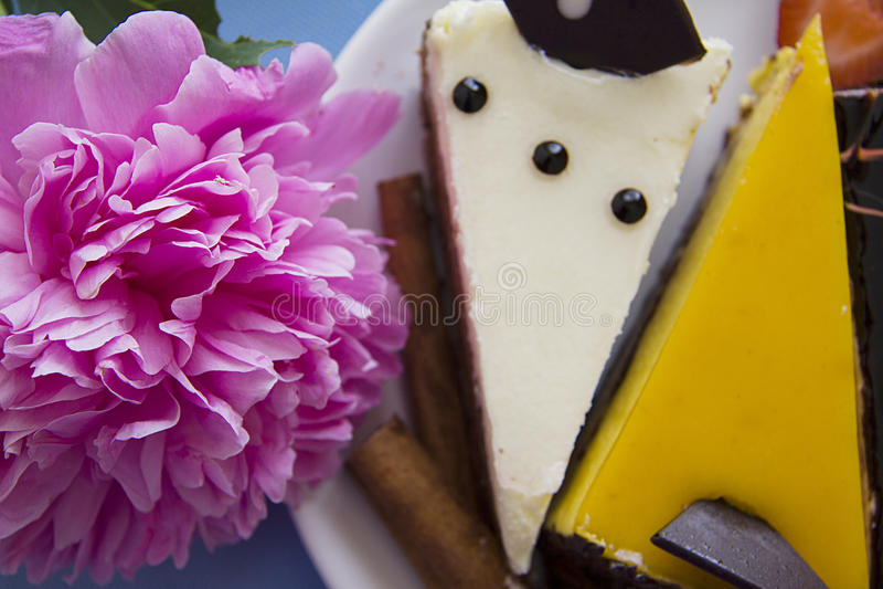 Plaat van pioenen en cakes stock fotografie