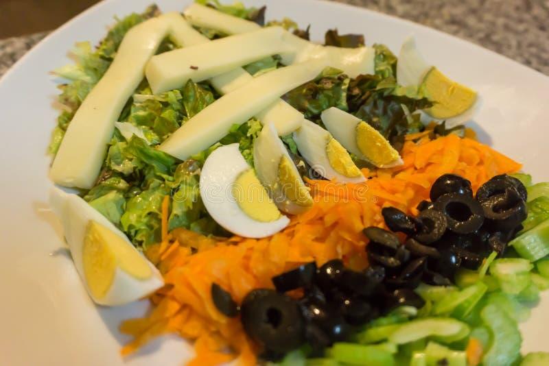 Plaat van salade stock afbeeldingen