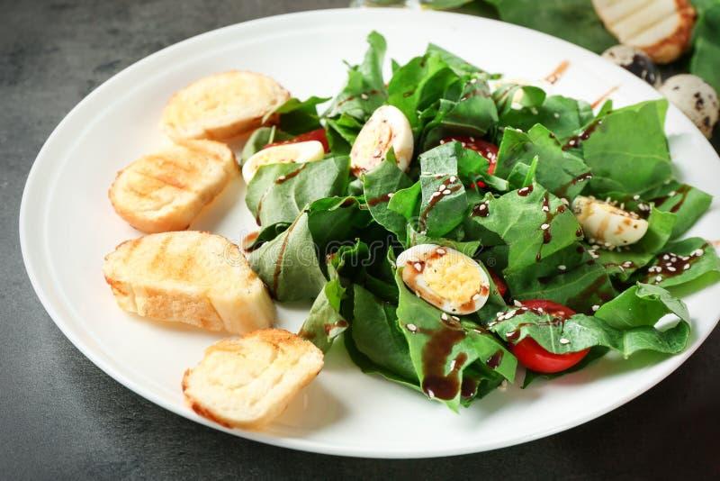 Download Plaat Van Salade Met Kwartelseieren En Spinazie Stock Foto - Afbeelding bestaande uit lunch, schotel: 107703116