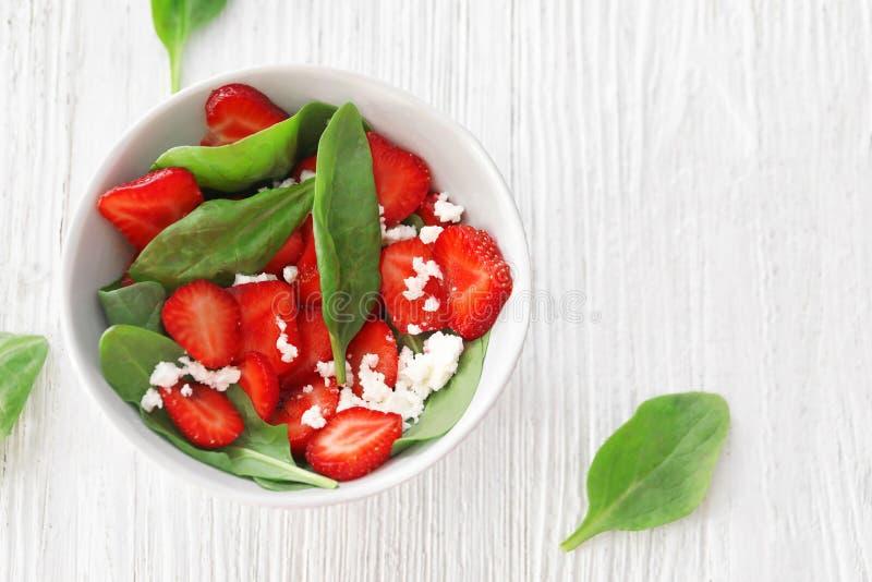 Download Plaat Van Salade Met Spinazie, Aardbei En Kwark Stock Afbeelding - Afbeelding bestaande uit ruimte, up: 107703097