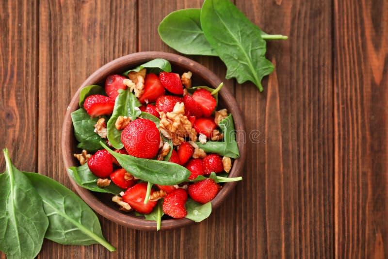 Download Plaat Van Salade Met Spinazie, Aardbei En Okkernoten Stock Afbeelding - Afbeelding bestaande uit voorwerp, recept: 107703239