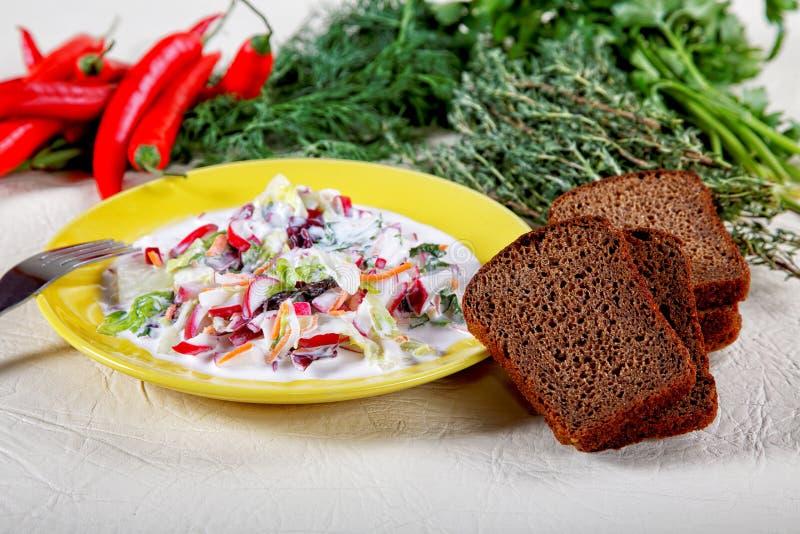 Plaat van salade met zwart brood royalty-vrije stock fotografie
