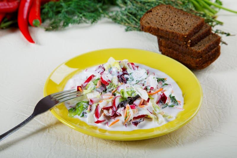 Plaat van salade met zwart brood royalty-vrije stock afbeeldingen