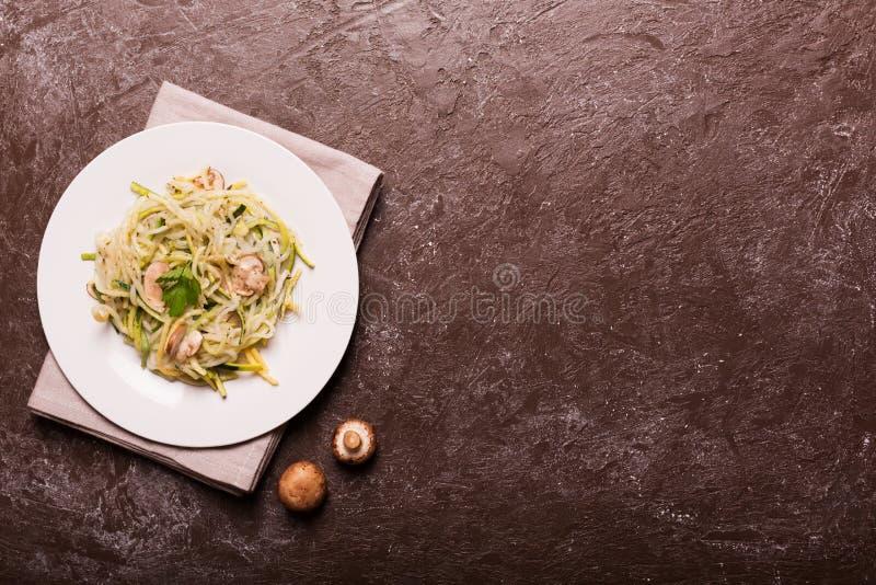 Plaat van spaghetti van courgette wordt voorbereid die De hoogste vlakke mening, legt royalty-vrije stock foto's