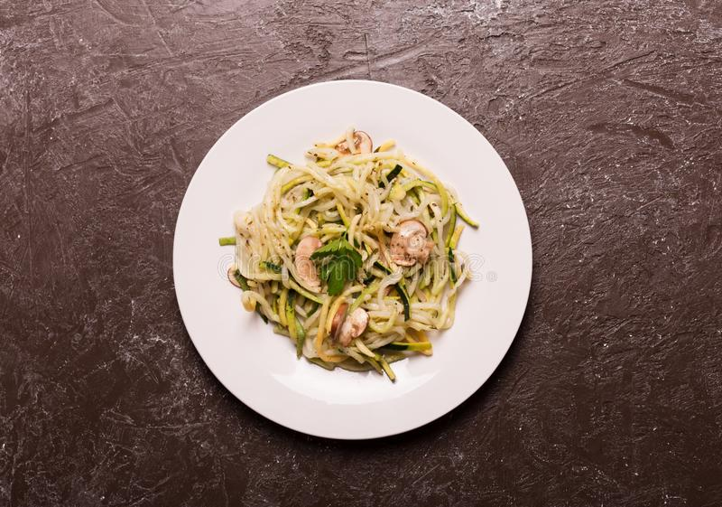 Plaat van spaghetti van courgette wordt voorbereid die De hoogste vlakke mening, legt stock foto