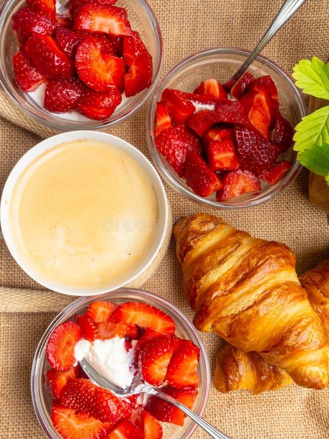 Plaat van vers croissant en kop van koffie op juteachtergrond royalty-vrije stock afbeelding