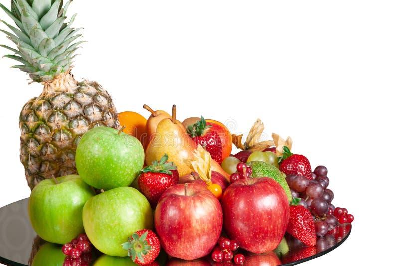 Plaat van verse appelen, perzik, druiven, aardbeien royalty-vrije stock foto's