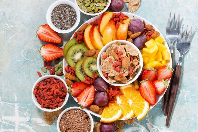Plaat van verse seizoengebonden vruchten en superfoods op rustieke achtergrond, hoogste mening stock afbeelding