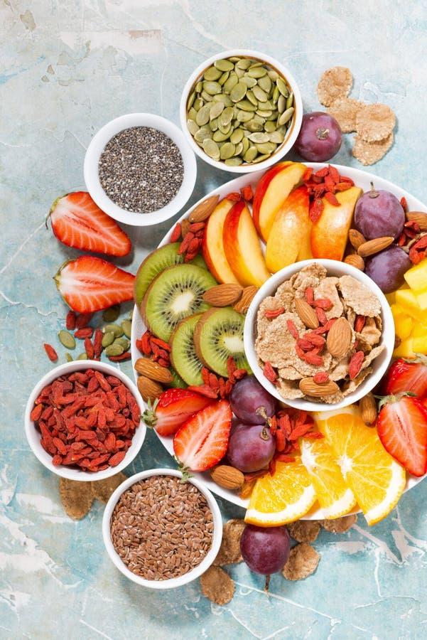 Plaat van verse seizoengebonden vruchten en superfoods op rustieke achtergrond, verticale, hoogste mening royalty-vrije stock afbeeldingen