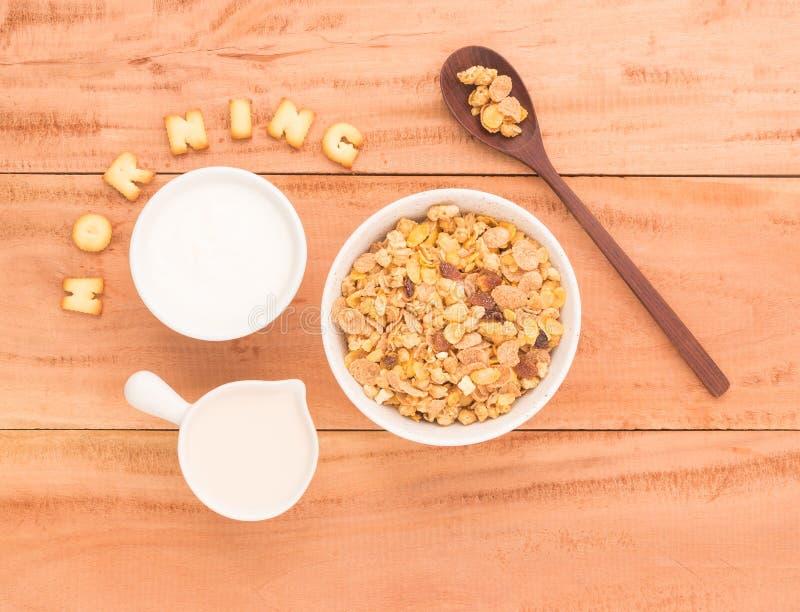 Plaats een gezond ontbijt schikken om uw vooravond van gezondheidsvoordelen te hebben stock afbeelding