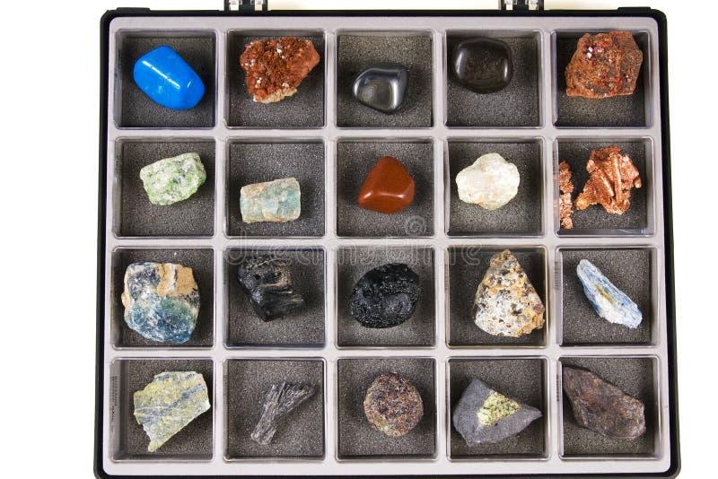 Plaats een inzameling van rotsen, mineralen in de doos stock fotografie