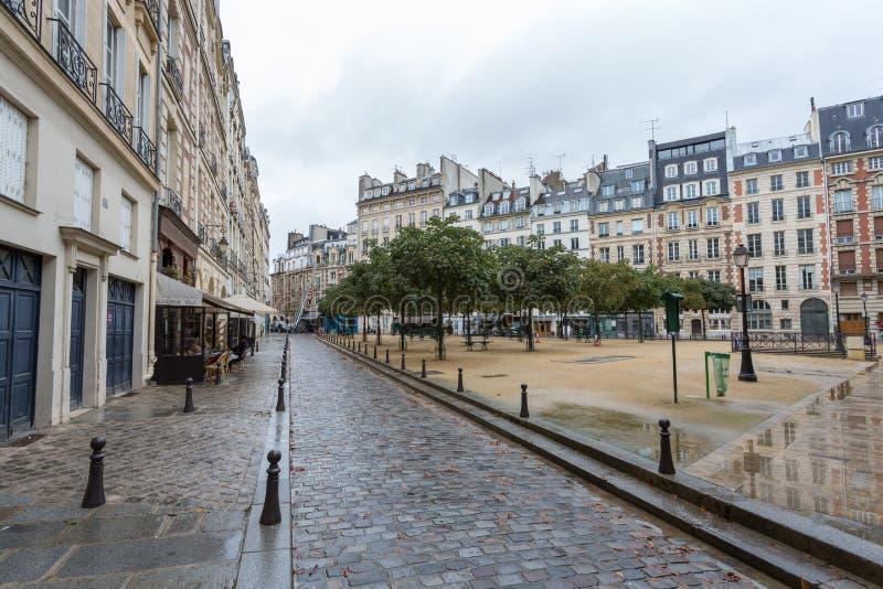 Plaats Vierkante Dauphine Parijs, Frankrijk onder de regen stock afbeeldingen