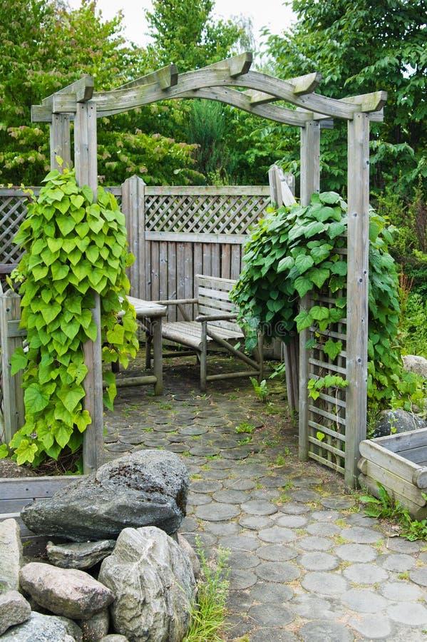 Plaats voor rust en picknick in de tuin royalty-vrije stock afbeelding