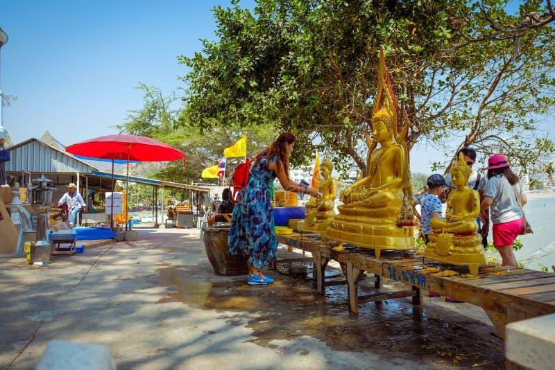 Plaatselijke bevolking bij de tempel Hua Hin Beach royalty-vrije stock afbeeldingen