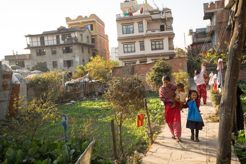 Plaatselijke bevolking dichtbij hun huis op een slecht gebied van de stad royalty-vrije stock foto's