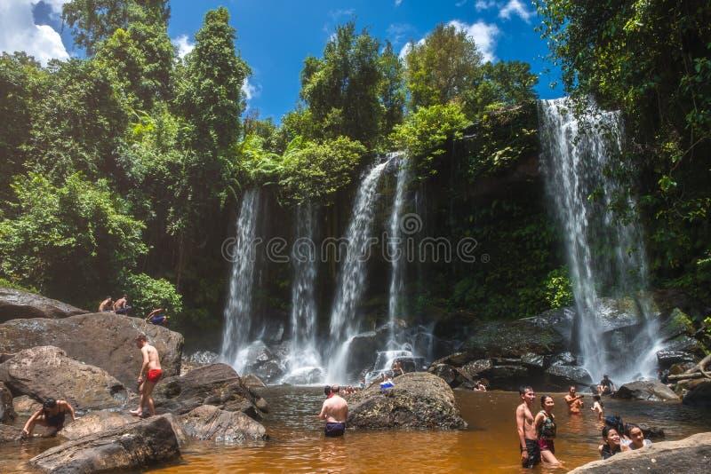 Plaatselijke bevolking die bij de waterval van Phnom Kulen in het Nationale Park van Phnom Kulen, Kambodja zwemmen royalty-vrije stock foto's