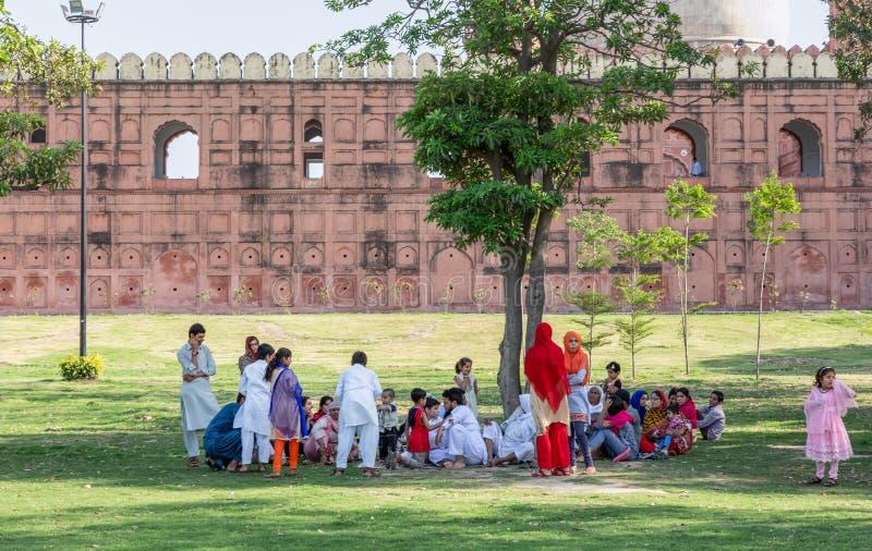 Plaatselijke bevolking die zich bij het park buiten de Badshahi-Moskee in Lahore verzamelen stock foto's