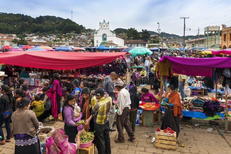 Plaatselijke bevolking in een straatmarkt in de stad van San Juan Chamula, Chiapas, Mexico royalty-vrije stock foto's