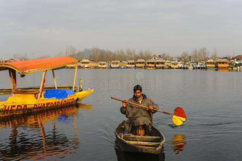 Plaatselijke bevolking in Kashmir die boot met behulp van bij het meer royalty-vrije stock foto's