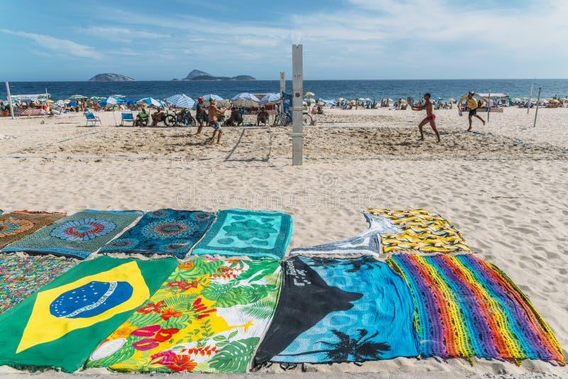 Plaatselijke bewoners, als cariocas worden de bekend, spelen strandtennis op het strand in Ipanema, Rio de Janeiro, Brazilië dat royalty-vrije stock fotografie