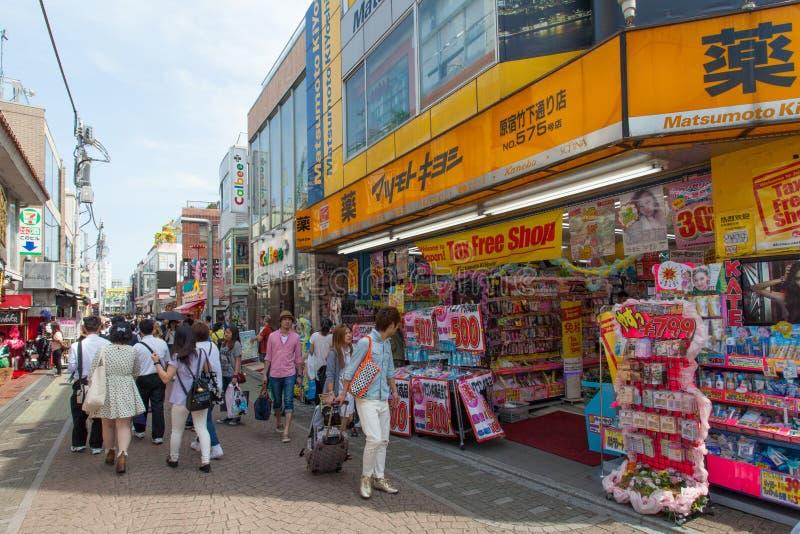 Plaatselijke bewoners en toeristen die bij de straat van Takeshita van Harajuku van Tokyo lopen royalty-vrije stock fotografie