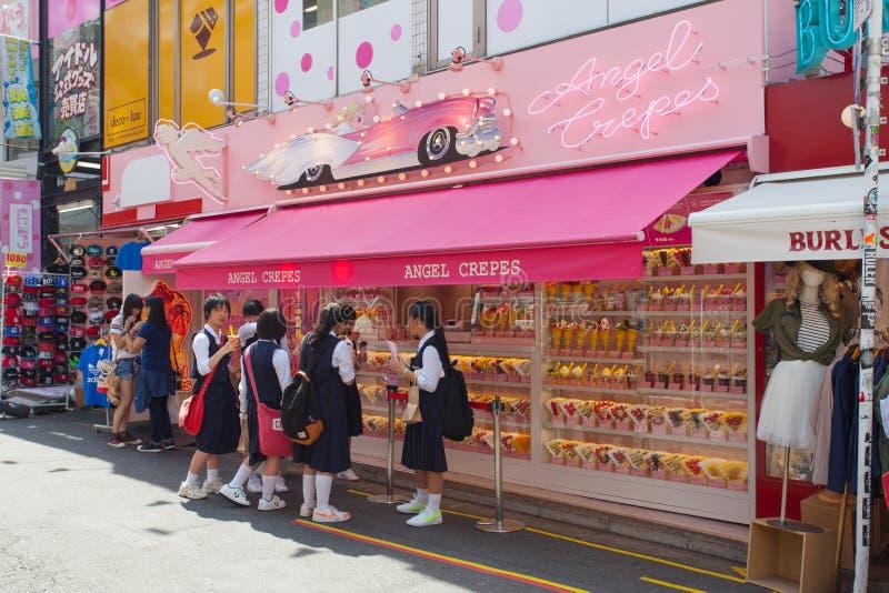Plaatselijke bewoners en toeristen die bij de straat van Takeshita van Harajuku van Tokyo lopen stock afbeelding