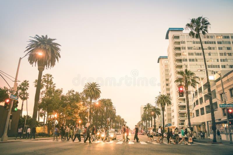 Plaatselijke bewoners en toeristen die op Oceaanave in Santa Monica lopen stock afbeeldingen
