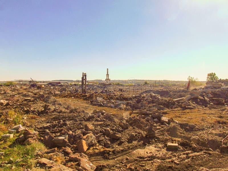 Plaatsgebied met de ruïnes van een industrieel gebouw royalty-vrije stock foto