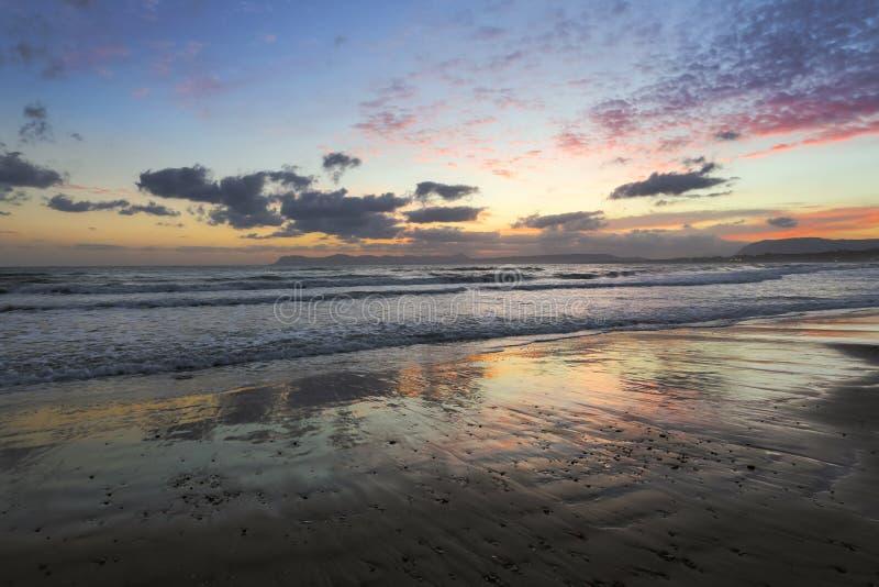 Plaatsplaats Agia Marina Beach, eiland Kreta, Griekenland De overzeese kust spangled door rotsen, de zonsopgang overdenkt het nat stock fotografie