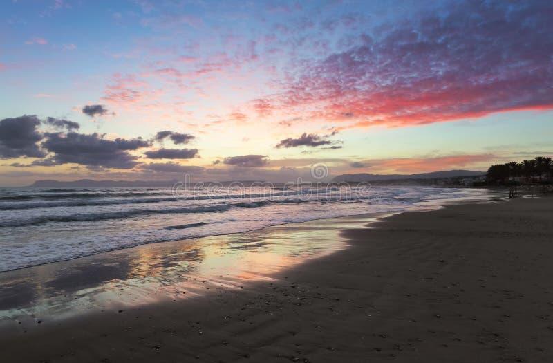 Plaatsplaats Agia Marina Beach, eiland Kreta, Griekenland De overzeese kust spangled door rotsen, de zonsopgang overdenkt het nat royalty-vrije stock fotografie