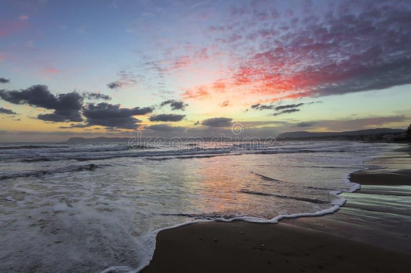Plaatsplaats Agia Marina Beach, eiland Kreta, Griekenland De overzeese kust spangled door rotsen, de zonsopgang overdenkt het nat stock afbeelding