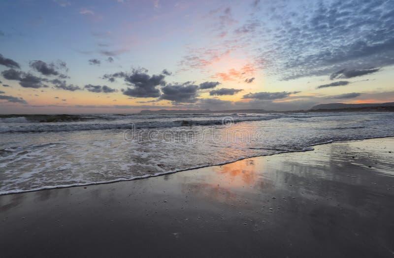Plaatsplaats Agia Marina Beach, eiland Kreta, Griekenland De overzeese kust spangled door rotsen, de zonsopgang overdenkt het nat royalty-vrije stock foto's