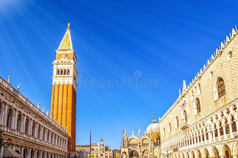 Plac św. Marka w Wenecji, bazylika, pałac i wieża psów fotografia royalty free