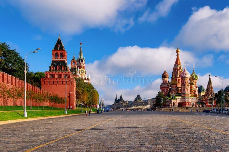 Plac Czerwony z Kremlin ścianami Moskwa i Świątobliwą basil katedrą fotografia royalty free