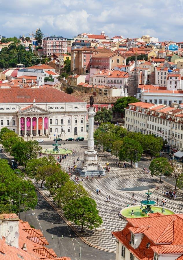 Plac Rossio, Kolumna Pedro IV, Teatr Narodowy Królowej Marii II, fontanna i pomarańczowe dachy obraz royalty free