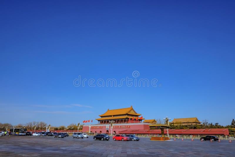 Plac Tiananmen i ruch drogowy przed Niedozwolonym pałac w Beijing stolicie porcelana zdjęcia royalty free