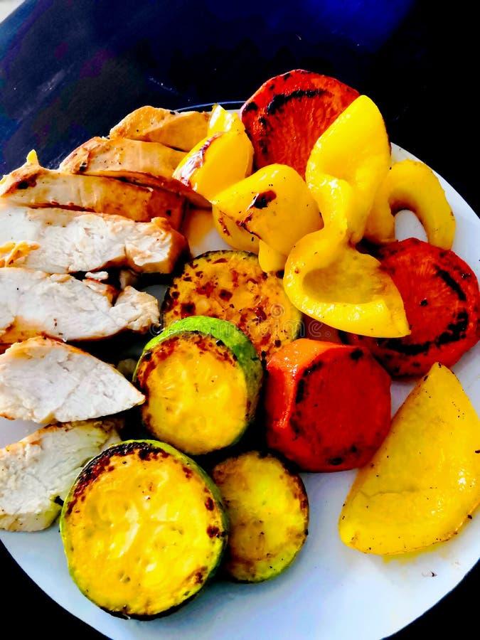 Placa asada a la parrilla del pollo con las verduras Veh?culos y pollo asados a la parilla Las verduras en la placa fotos de archivo