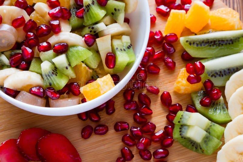 Placa blanca con la ensalada de fruta fotos de archivo