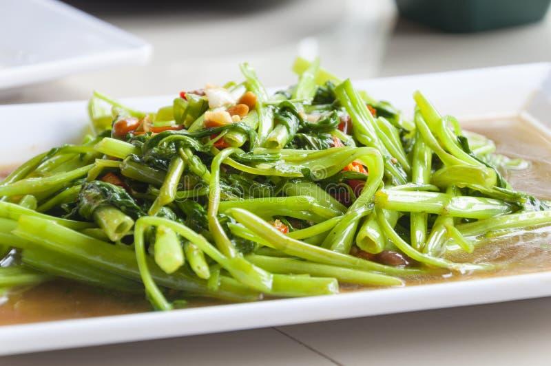Placa blanca de Fried Water Spinachon de la agitación, comida tailandesa fotografía de archivo