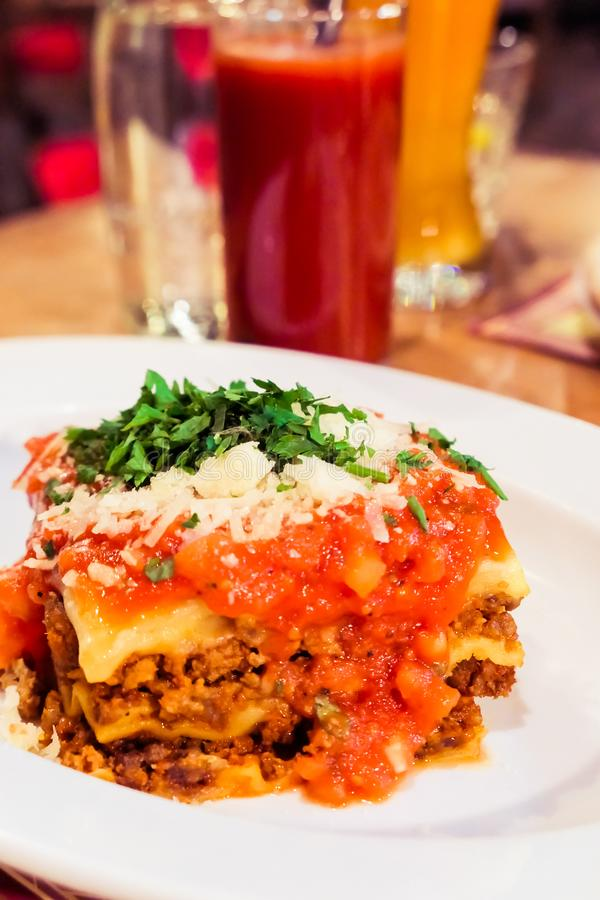 Placa boloñesa de las lasañas, receta tradicional con la salsa de tomate, queso y carne imagen de archivo libre de regalías