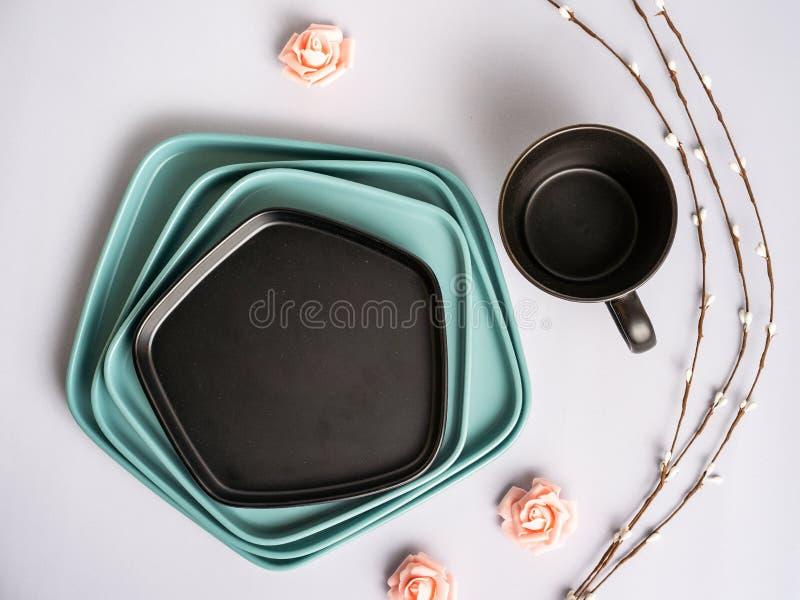Placa branca, azul, cinzenta redonda, quadrada, oval no rosa, fundo de madeira, azul, vista superior foto de stock