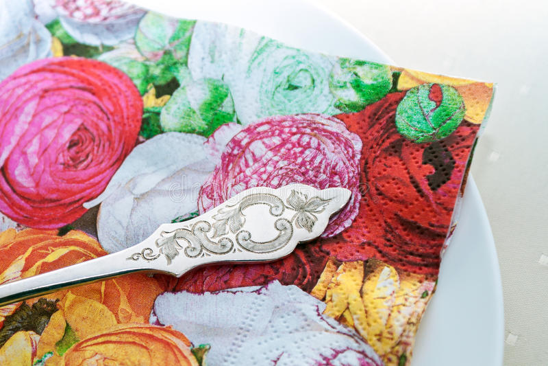 Placa branca da porcelana com guardanapo da flor e a forquilha decorada do bolo imagem de stock royalty free
