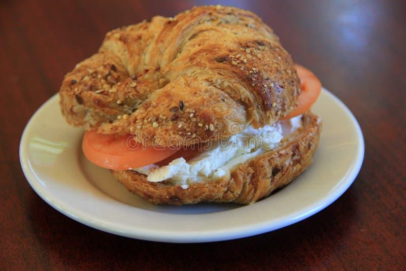 Placa branca simples com um ` tudo sanduíche do café da manhã do ` do bagel imagem de stock
