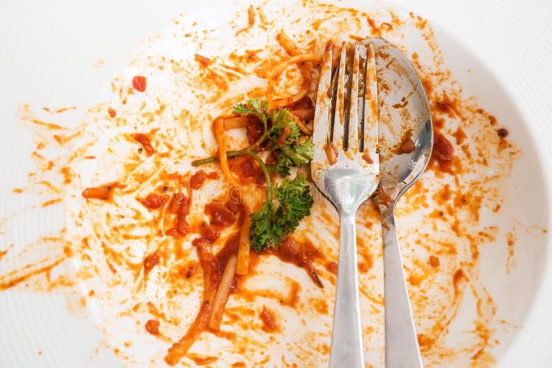 Placa branca suja Após a refeição do molho do vermelho dos espaguetes Vista superior fotos de stock royalty free