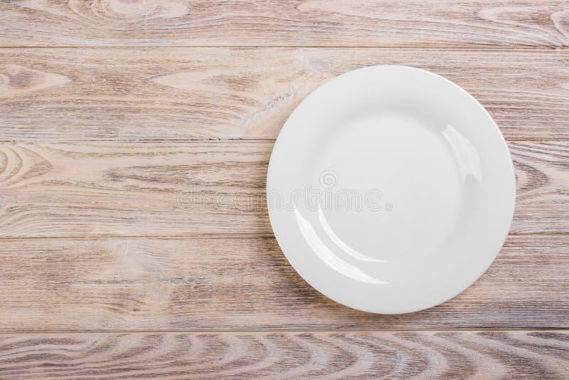 Placa branca vazia na tabela de madeira Molde para seu projeto fotos de stock royalty free