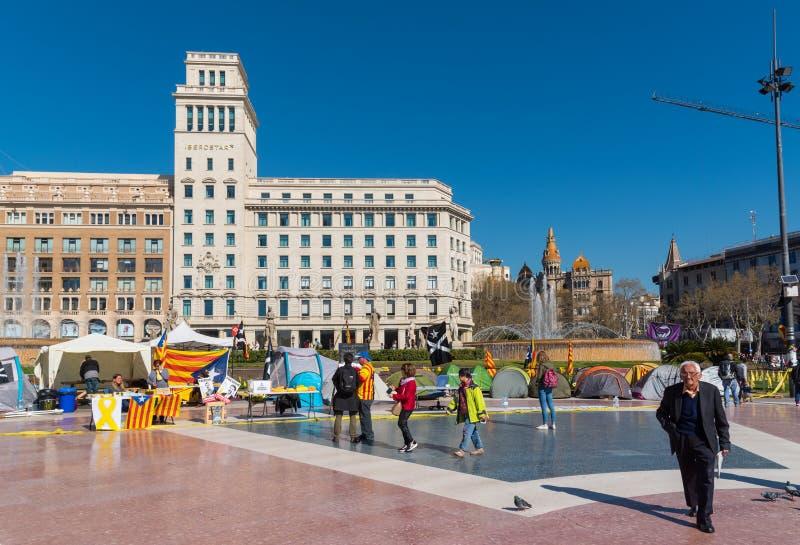 Placa Catalunya i Barcelona med tält av personer som protesterar, Spanien arkivfoton